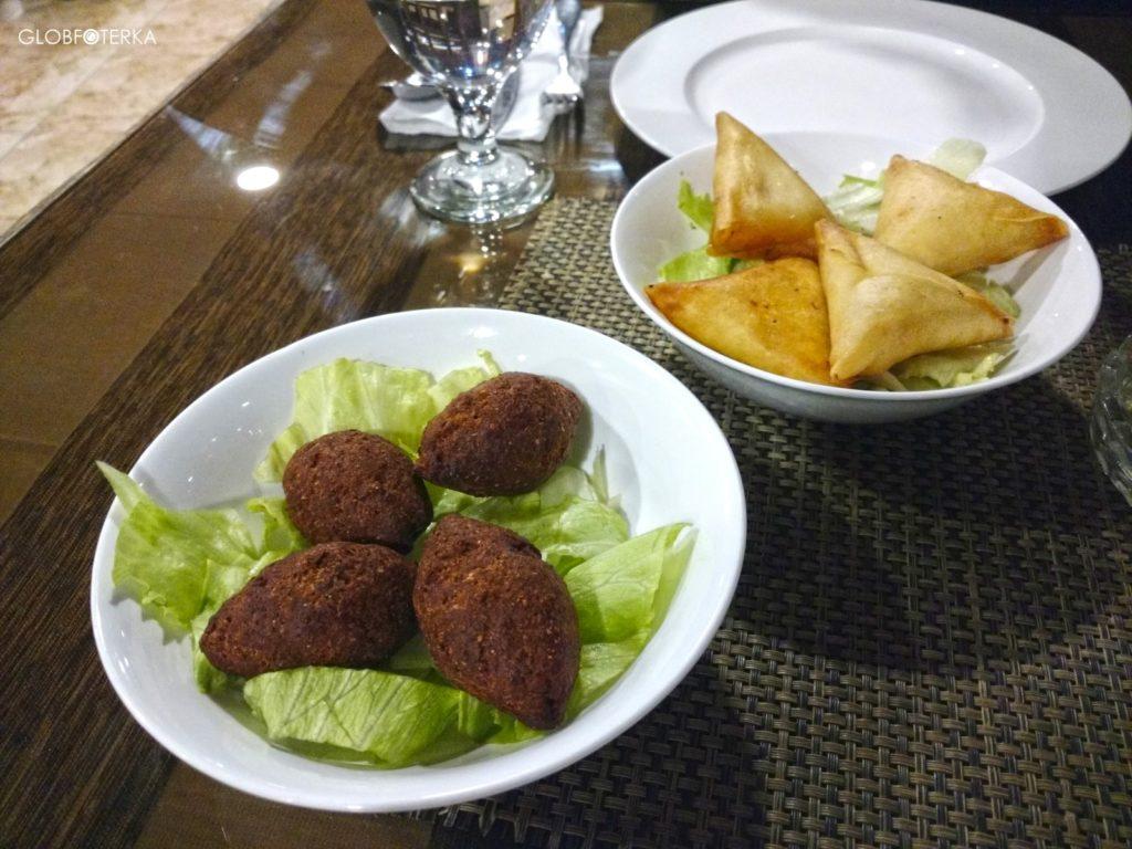 Jedzenie w Jordanii - kibbeh i sambouseki